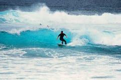 Surfer auf Welle Lizenzfreie Stockfotos