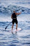 Surfer avec l'aviron Photo stock