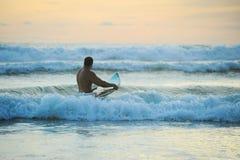 Surfer avec le conseil Photographie stock