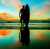 Surfer avec le conseil Image libre de droits