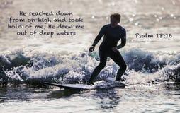 Surfer avec le vers de bible photo stock
