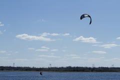 Surfer avec un parachute. Photographie stock libre de droits