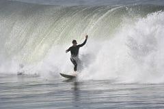 Surfer avec une grande onde Photos libres de droits