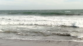 Surfer barbotant dans les ressacs Marin California banque de vidéos