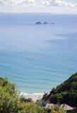 Surfer bei Byron Bay Australia, der Julian Rocks übersieht lizenzfreies stockbild