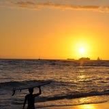 Surfer bei Sonnenuntergang Lizenzfreies Stockfoto