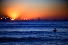 Surfer bei Sonnenuntergang lizenzfreie stockfotos