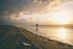 Surfer bei Sonnenuntergang Lizenzfreies Stockbild
