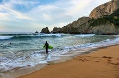 Surfer bei Sonnenuntergang in Laga-Strand, Baskenland, Spanien stockfotos