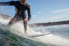 Surfer berijdende golven op het eiland van fuerteventura in de Atlantische Oceaan stock foto