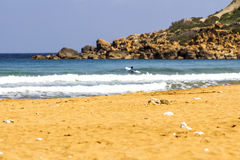 Surfer bij de Baai Gozo van Ramla l-Hamra Stock Afbeelding