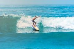 Surfer bij het Strand van Sayulita Nayarit stock afbeeldingen