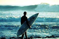 Surfer bij schemer stock foto