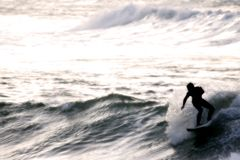 Surfer bij Zonsondergang royalty-vrije stock fotografie