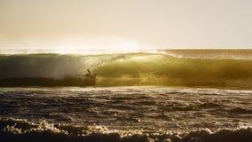Surfer bij zonsondergang Stock Afbeeldingen