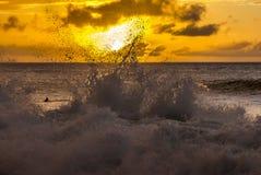 Surfer bij zonsondergang Stock Fotografie