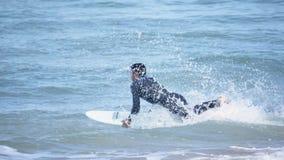 Surfer courant dans le mouvement lent 4k d'océan clips vidéos