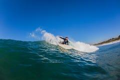 Surfer découpant la photo de l'eau de vague Photo libre de droits