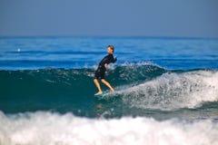 Surfer d'équitation de nez photo stock