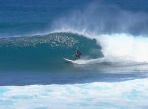 Surfer d'adolescent presque dans le tube Image stock
