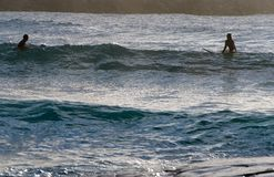 Surfer d'homme et de femme photographie stock libre de droits