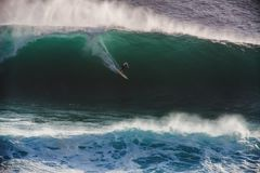 Surfer d'image sur la grande vague de francs-tireurs d'océan bleu en Californie image libre de droits