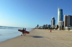 Surfer dans l'Australie du Queensland de paradis de surfers Photo libre de droits
