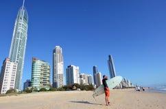 Surfer dans l'Australie du Queensland de paradis de surfers Image libre de droits