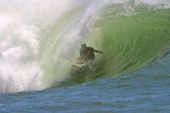 Surfer dans l'enroulement Photos libres de droits