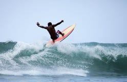 Surfer dans l'océan Photo stock