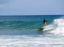 Surfer dans l'océan Images libres de droits