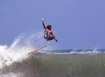 Surfer dans l'océan Images stock