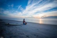 Surfer dans la vague faisant la transe Photos libres de droits