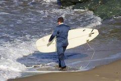 Surfer dans le fumage Photographie stock libre de droits