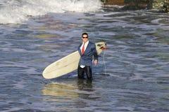 Surfer dans le fumage Images stock