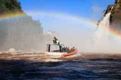 Surfer dans les chutes d'Iguaçu Photos libres de droits