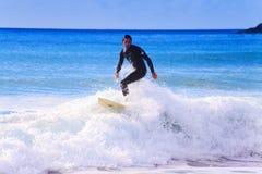 Surfer dans les Cornouailles très populaires maintenant Photo stock