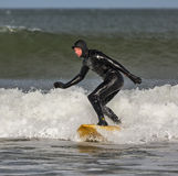 Surfer dans Lossiemouth. photo stock