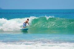Surfer dans vert-bleu dans le ressac, surfant L'Indonésie, Bali, le 10 novembre 2011 Images libres de droits