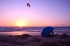 Surfer de casque et de cerf-volant en mer coucher du soleil, plage de la mer Méditerranée, Israel Safety, équilibre, sports extrê Image stock
