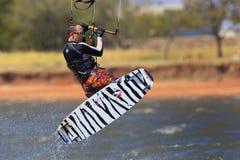 Surfer de cerf-volant avec le panneau de ressac de regard frais Photographie stock libre de droits