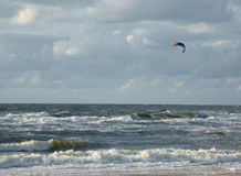 Surfer de cerf-volant en mer Photos stock