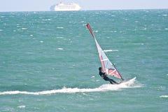 Surfer de cerf-volant et car-ferry Image libre de droits
