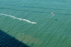 Surfer de cerf-volant sous golden gate bridge images libres de droits