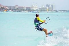 Surfer de cerf-volant sur l'île d'Aruba dans les Caraïbe Photos libres de droits