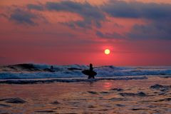 Surfer de coucher du soleil - Bali, Indonésie Photo stock