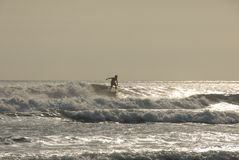 surfer de coucher du soleil de kuta de plage Photo stock
