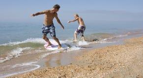 Surfer de deux Yong Images libres de droits