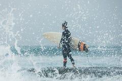 Surfer de femme avec la planche de surf photographie stock libre de droits