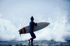 Surfer de femme avec la planche de surf images stock